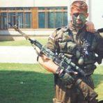 Με στολή παραλλαγής και τουφέκι σνάιπερ με διόπτρα: Ελευθέριος Σπουργίτης, διωγμένο μέλος της ΕΕΦ.