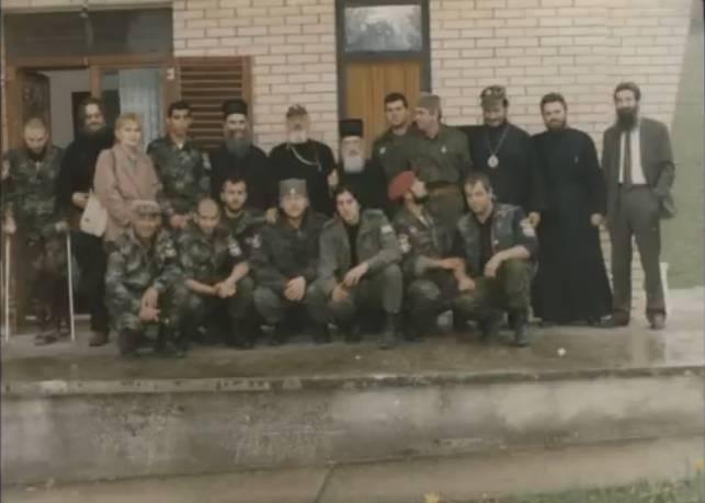 Βλασένιτσα, Βοσνία, 1995. Διακρίνονται οι Κουσουμβρής Σωκράτης της Χρυσής Αυγής, Μουρατίδης Γιώργος, Μήτκος Αντώνης, Ζβόνκο Μπάγιαγκιτς, Δημητρίου Χρήστος, Μπέλμπας Απόστολος της Χρυσής Αυγής, Λάτσιος Αγγελος του 10ου Αποσπάσματος Σαμποτάζ, Μαυρογιαννάκης Μιχάλης της Χρυσής Αυγής, Ζαβιτσάνος Δημήτρης και πολλοί άλλοι, ανάμεσά τους και Σέρβοι παπάδες.