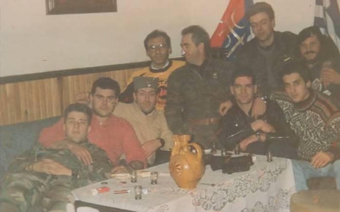 Αξιωματικοί και οπλίτες διασκεδάζουν. Σπουργίτης Ελευθέριος, Μήτκος Αντώνης, Λάτσιος Αγγελος του 10ου Αποσπάσματος Σαμποτάζ, Νικολαΐδης Νίκος, Ζβόνκο Μπάγιαγκιτς, Βασιλειάδης Τρύφωνας, το μέλος της ΧΑ ΜΜ, Καθάριος Κυριάκος και άλλοι. Βλασένιτσα, Βοσνία, 1995.