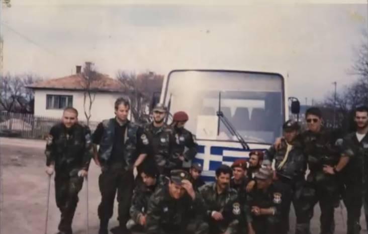 Βλασένιτσα Βοσνίας, 1995, άνδρες της ΕΕΦ με τον Σερβοβόσνιο διοικητή τους. Διακρίνονται τα μέλη της Χρυσής Αυγής Κουσουμβρής Σωκράτης, Μπέλμπας Απόστολος, και ΜΜ, και οι Ζαβιτσάνος Δημήτριος (αρχιλοχίας της ΕΕΦ), Μήτκος Αντώνιος (διοικητής της ΕΕΦ), Φλορίν Αννα (Ελληνορουμάνος), Βασιλειάδης Τρύφων (υποδιοικητής της ΕΕΦ), Δημητρίου Χρήστος, Λάτσιος Αγγελος του 10ου Αποσπάσματος Σαμποτάζ, Σπουργίτης Ελευθέριος και άλλοι.