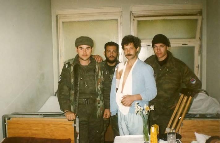 Βοσνία, 1995, ο Eλληνορουμάνος της ΕΕΦ Φλορίν (ή Φρορίν) Αννα, με τις πιτζάμες στο νοσοκομείο. Μαζί του οι Μήτκος Αντώνης, Ζαβιτσάνος Δημήτρης και Βασιλειάδης Τρύφων.