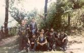 Βλασένιτσα, Βοσνία, 1995. Διακρίνονται οι Φλορίν Αννα, Βασιλειάδης Τρύφωνας, Σχιζάς Βασίλης και άλλοι, ενώ ο Ζαβιτσάνος Δημήτρης και ο χρυσαυγίτης Τζανόπουλος Σπύρος κάνουν το σερβικό εθνικιστικό σήμα με τα τρία δάχτυλα.