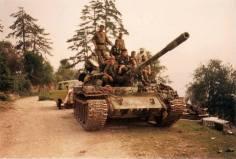 Βοσνία, 1995. Διακρίνονται επάνω σε τανκς οι Δημητρίου Χρήστος, Μήτκος Αντώνης, Καθάριος Κυριάκος και άλλοι.