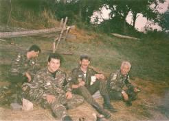 Βοσνία, 1995. Διακρίνονται καθιστοί στο χώμα οι Μήτκος Αντώνης, Φλορίν Αννα, Δημητρίου Χρήστος.