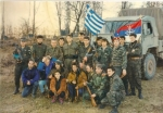 1995-xx-xx – Βοσνία – Ελληνική Εθελοντική Φρουρά ΕΕΦ – Μπροστά από φορτηγό με σημαίες – Μήτκος Αντώνης + Βασιλειάδης Τρύφωνας + Ζβόνκο Μπάγιαγκιτς + Σπουργίτης + Νικολαΐδης Νίκος + 15άλλοι