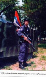 Με όπλο ελεύθερου σκοπευτή μπροστά σε τανκ της Αστυνομίας; Σαράφης Αγησίλαος, ψευδώνυμο 'Αρης', γεννημένος το 1970, κάτοικος Νέας Σμύρνης, μέλος της ΕΕΦ.