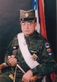 Στη συνέντευξη που έδωσε, «ως φίλος της», στην εφημερίδα Ελεύθερη Ωρα, ο κ. Σταύρος Βιτάλης σημειώνει «Μπήκα στη γραμμή της μάχης ένοπλος και ένστολος», και φωτογραφίζεται με την στολή του ταγματάρχη (κατ' απονομήν) του σερβικού στρατού (την παραλλαγή, όμως, τη μάχιμη, όχι καμιά οχτάρα του γραφείου, το πιάσατε το υπονοούμενο), φέροντας τον Μεγαλόσταυρο «Νιέγκος» Πρώτης Τάξεως του σερβικού έθνους, και με το ξιφίδιο να βρίσκεται το μισό έξω από τη θήκη. Αυτό κάτι σημαίνει στην μιλιταριστική παραφιλολογία. Οποιος το δείχνει μισό στη θήκη του, σημαίνει ότι δήθεν το έχει χρησιμοποιήσει σε ανθρώπινο στόχο και ότι αναγκάστηκε να το σκουπίσει από τα αίματα, κάτι τέτοιο. Ή ότι αν το τραβήξεις απ' τη θήκη του πρέπει να το ματώσεις. Οπως καταλαβαίνετε, δεν μας ενδιαφέρει και πολύ να ξέρουμε. Συνέντευξη Σταύρου Βιτάλη, εκπροσώπου τύπου του Πανελληνίου Μακεδονικού Μετώπου, «Μπήκα στη γραμμή της μάχης ένοπλος και ένστολος», Ελεύθερη Ωρα, 30/07/2009 https://archive.today/m3J0Z