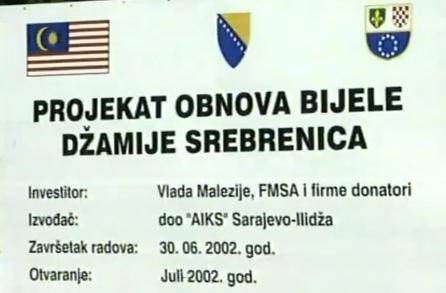 Δήμος Σρεμπρένιτσα, Ιούλιος 2002. Η πινακίδα για το έργο αποκατάστασης του κατεστραμμένου μιναρέ και του τζαμιού.