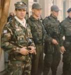 1995-xx-xx – Βοσνία – Ελληνική Εθελοντική Φρουρά ΕΕΦ – Τρεις Τίγρεις του Αρκάν + Ενας εθελοντής της ΕΕΦ-Ψώνιο Φοράει καινούργια αγορασμένη στολή παραλλαγή των ΟΥΚ + επωμίδες των Καταδρομών + Δέκαπουλάδες