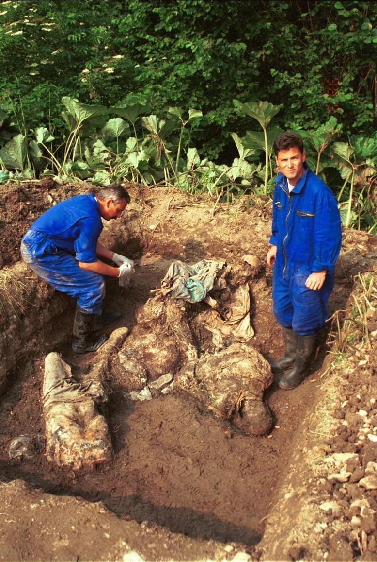 Περιοχή Nova Kasaba, στις 06 Ιουλίου 1996. Ενας ακόμη μαζικός τάφος. Η φωτογραφία προέρχεται από το ICTY και έχει λεζάντα «One of the graves at Nova Kasaba during an initial probe of the grave». Εδώ σταμάτησαν οι Ελληνες της ΕΕΦ, συνοδεύοντας στις μετακινήσεις του τον διοικητή τους Ζβόνκο Μπάγιαγκιτς, και εδώ έπαιρναν φωτογραφίες, τις ίδιες στιγμές, σύμφωνα με τα στοιχεία που κατατέθηκαν στο ΔΠΔΧΓ, κατά τις οποίες αιχμάλωτοι Βόσνιοι Μουσουλμάνοι, γονατισμένοι και με δεμένα τα χέρια στην πλάτη, περίμεναν να εκτελεστούν. Οπως οι συγκεκριμένοι που εικονίζονται στη φωτογραφία. Διόλου απίθανο να είχαν πάρει φωτογραφίες και από τους συγκεκριμένους εκτελεσμένους αιχμαλώτους. Στις υπηρεσίες forensics και διερεύνησης μαζικών τάφων υπάρχουν λεπτομερείς φάκελοι με όλα τα στοιχεία για κάθε θύμα χωριστά. Η ερώτηση παραμένει η ίδια: Θα ρωτήσει ποτέ κάποιος τους Ελληνες της ΕΕΦ τι ακριβώς συνέβη στο σφαγείο αυτό και τι είδαν;;;