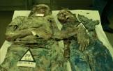 Πανεπιστημιακή κλινική της Τούζλα, στη Βοσνία. Πρόκειται για τα θύματα που ανακαλύπτονται σε μαζικούς τάφους. Ανάμεσά τους και παιδιά. Copyright Notice: All photos © Human Rights NGO Truth for Justice ; Photographer: Almir Arnaut; Photos archived by Genocid.org project. Forensic evidence collected by the U.N. war crimes investigators. The remains of victims analyzed by the Department of Pathology at the University Clinical Center Tuzla. Οπου αναφέρεται, οι φωτογραφίες προέρχονται από την ειδική έκδοση της ιστορικής επιθεώρησης 'Preporodov Journal', ένα περιοδικό που εκδίδει η 'Kulturno Drustvo Bosnjaka Hrvatske' ('Croatian Cultural Society of Bosniaks'), τεύχος 103, Σεπτέμβριος 2008, με τίτλο 'Foto Arhiva Genocida u BiH 1992-1995, Specijalno izdanje' ('Photo Archive of Bosnian Genocide 1992-1995, Special edition').