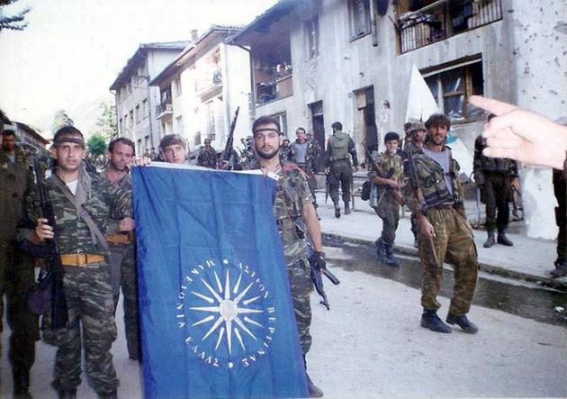 Ιούλιος 1995. Ελληνες εθελοντές, ο ένας τουλάχιστον απ' αυτούς χρυσαυγίτης (αριστερά), ποζάρουν ως εθνικόφρονες «Ράμπο» στην κατειλημμένη Σρεμπρένιτσα