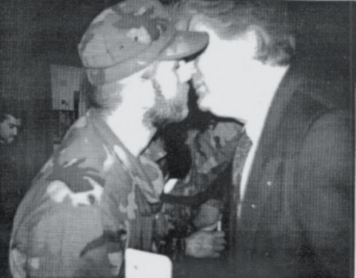 Κατά την απονομή του μεταλλίου του «Λευκού Αγγέλου» σε 4 μέλη της Ελληνικής Εθελοντικής Φρουράς στο Πάλε της Βοσνίας, ο Κάρατζιτς φιλάει Ελληνα εθελοντή, μέλος της ναζιστικής οργάνωσης.
