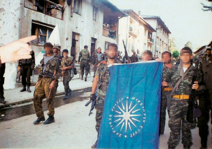 Στις 11/7/1995, κατά την έναρξη της μεγαλύτερης ανθρωποσφαγής από τον Β' Παγκόσμιο, οι Ελληνες «παρελαύνουν» εκεί από όπου προηγουμένως είχε περάσει ο Μλάντιτς με το επιτελείο του και τους αρχηγούς των παραστρατιωτικών του.