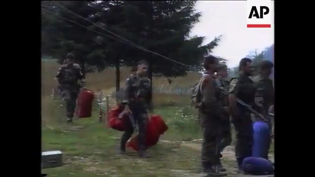 Σρεμπρένιτσα, Βοσνία, 11 Ιουλίου 1995. Τα μέλη της ΕΕΦ Τζανόπουλος, Σχιζάς, Ζαβιτσάνος κά. στο στρατόπεδο, μαζί με τους 'Λύκους τους Δρίνου'. Στην επιχείρηση κατάληψης της Σρεμπρένιτσα, φτιάχτηκαν ειδικά και έκτακτα σώματα, αποκλειστικά για τις συγκεκριμένες επιχειρήσεις. Λ.χ. ο αντισυνταγματάρχης Παντούρεβιτς της Zvornik Brigade έφτιαξε ένα επίλεκτο σχηματισμό με το όνομα TG-1 (Tactical Group 1) και υπέδειξε για διοικητή τον λοχαγό Milan Jolovic (με το ψευδώνυμο Legenda), τον διοικητή των 'Λύκων του Δρίνου'. Διακρίνονται τα μέλη της ΕΕΦ να μεταφέρουν εξοπλισμό.