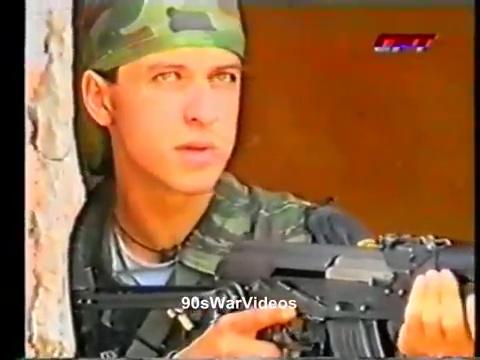 Αλλη μια σκηνή με πρωταγωνιστή μέλος της ΕΕΦ, αυτή τη φορά σε κοντινό πλάνο, από τις επιχειρήσεις της Σρεμπρένιτσα. Προέρχεται από ειδησεογραφική εκπομπή της σερβικής τηλεόρασης (Dnevnik SRT).
