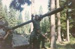 1995-xx-xx – Βοσνία – Ζέπα – Ελληνική Εθελοντική Φρουρά ΕΕΦ παίζουν επάνω σε άρμα μάχης – Ζαβιτσιάνος Δημήτρης + Αννα Φλορίν + Μικρός τηςΕΕΦ