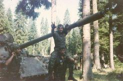 Βοσνία, 1995. Διακρίνονται να παίζουν επάνω σε άρμα μάχης οι Ζαβιτσιάνος Δημήτρης, Αννα Φλορίν κά.