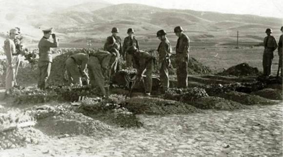 Κηδεία Γερμανού στρατιώτη, στο Πανόραμα Θεσσαλονίκης. Αν μετράμε καλά, υπάρχουν άλλοι 7 τάφοι.