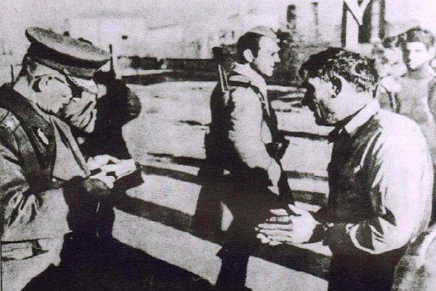 Τάγματα Ασφαλείας και Γερμανοί στο μπλόκο της Καλογρέζας, 15/03/1944. Δημοσιεύτηκε πρώτη φορά το 1946 στο λεύκωμα «Για σένα Ελλάδα» που εκδόθηκε στα πέντε χρόνια του ΕΑΜ.