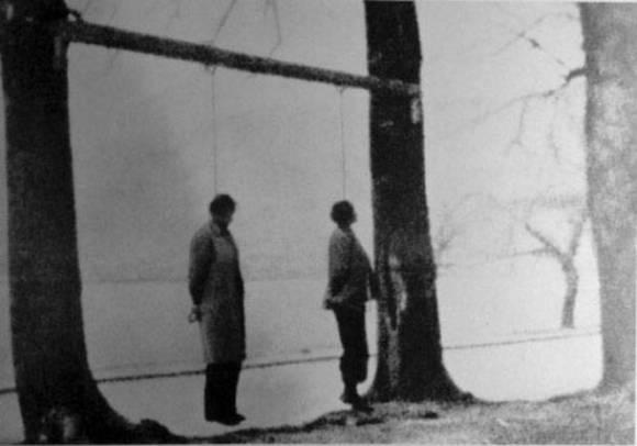 1944-xx-xx - Κώστας Μπαλάφας - Οι απαγχονισμένοι, από τους Γερμανούς, αγωνιστές Τόδουλος και Φαρίδης, στις όχθες της λίμνης των Ιωαννίνων