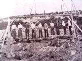 194x-xx-xx-Χαϊδάρι - Κρεμάλα πατριωτών σε νταμάρι κοντά στο Χαιδάρι - kremasma sto xaidari