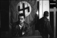Στα γραφεία της Χρυσής Αυγής, Μιχαλολιάκος, Παππάς, Περίανδρος και άλλοι, κάτω από τη σημαία με τον ρούνο Wolfsangel, το έμβλημα της 4ης Polizei Division των SS, που ήταν υπεύθυνη για τις σφαγές αμάχων σε Δίστομο και Κλεισούρα, Φωτογραφίες Nicos Economopoulos, Magnum Photos http://www.magnumphotos.com/Asset/-2TYRYDIX2BQU.html