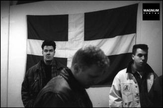 Στα γραφεία της Χρυσής Αυγής, Μιχαλολιάκος, Παππάς, Περίανδρος και άλλοι, κάτω από τη σημαία με τον ρούνο Wolfsangel, το έμβλημα της 4ης Polizei Division των SS, που ήταν υπεύθυνη για τις σφαγές αμάχων σε Δίστομο και Κλεισούρα, Φωτογραφίες Nicos Economopoulos, Magnum Photos http://www.magnumphotos.com/Asset/-2TYRYDIX23LD.html