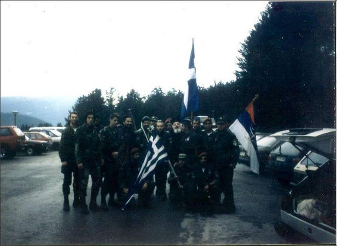 Βλασένιτσα Βοσνίας, 1995, άνδρες της ΕΕΦ με τον Σερβοβόσνιο διοικητή τους και έναν παπά. Διακρίνονται τα μέλη της Χρυσής Αυγής Κουσουμβρής Σωκράτης, Μπέλμπας Απόστολος, και ΜΜ, και οι Ζαβιτσάνος Δημήτριος (αρχιλοχίας της ΕΕΦ), Μήτκος Αντώνιος (διοικητής της ΕΕΦ), Φλορίν Αννα (Ελληνορουμάνος), Δημητρίου Χρήστος, Σπουργίτης Ελευθέριος και άλλοι.