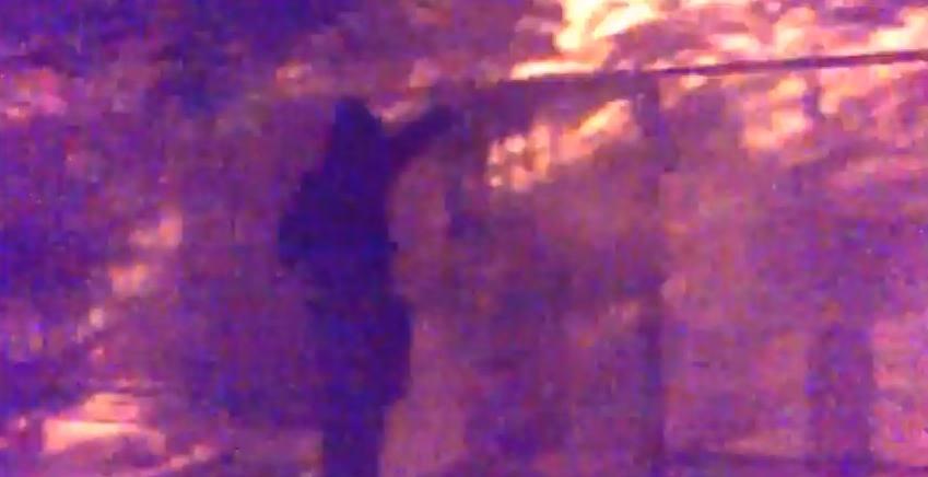 Εμπρησμός από την Combat 18. Κουκουλοφόρος ρίχνει εμπρηστικό υλικό για να βάλει φωτιά στο στέκι Αντίπνοια στα Πετράλωνα, Ιούνιος 2015