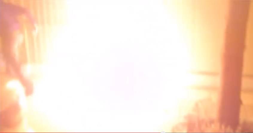 Εμπρησμός από την Combat 18. Κουκουλοφόρος έχει βάλει ήδη τη φωτιά στο στέκι Αντίπνοια στα Πετράλωνα και διαφεύγει (διακρίνεται αριστερά), Ιούνιος 2015