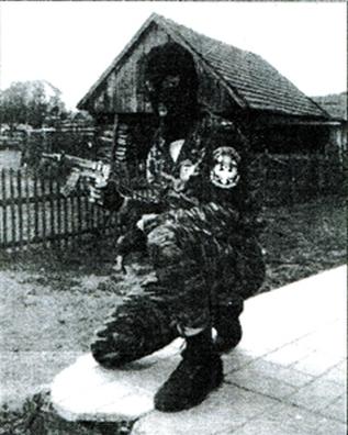 Κουκουλοφόρος μέλος της Χρυσής Αυγής με στολή και διάσημα της ΕΕΦ.