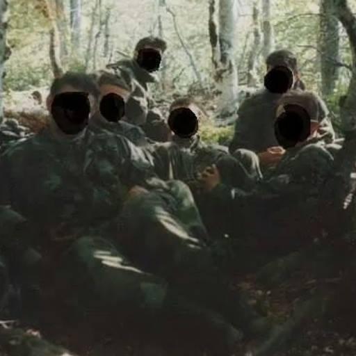 Εξι άγνωστοι στρατιώτες με μαύρο στις φάτσες τους (Από το προφίλ του μέλους της ΕΕΦ 'Tiga Xaris Likos του Ζβόρνικ'. Οι Ελληνες εθελοντές, από τότε, 20 χρόνια τώρα, επισκέπτονται πολύ συχνά την Σερβία και την σερβική Βοσνία. Εχουν αναπτύξει δεσμούς εκεί, και ξαναγυρνάνε στα μέρη που πέρασαν την 'εθελοντική θητεία τους', κυρίως στην περιοχή της Βλασένιτσα και στο Σαράγεβο. Δεν είναι μόνο οι ποινικές υποθέσεις οι οποίες έχουν δει το φως της δημοσιότητας όλα αυτά τα χρόνια, που όλες είχαν 'άρωμα Γιουγκοσλαβίας'. Οπωσδήποτε, και με την ανάπτυξη του διαδικτύου, που εκείνη την εποχή δεν υπήρχε, εξακολουθούν να διατηρούν έστω και ψηφιακές σχέσεις με τους ανθρώπους με τους οποίους συνεργάστηκαν τότε, και απ' ό,τι φαίνεται στα κοινωνικά δίκτυα, καυχιώνται και κομπάζουν για τη δράση τους εκεί. Διαφημίζουν, μάλιστα, και 'σεμινάρια-ασκήσεις βετεράνων του γιουγκοσλαβικού πολέμου με πραγματικά πυρά', που αλλού;;; Στη Βλασένιτσα. https://archive.is/U2TqT#selection-811.0-811.106