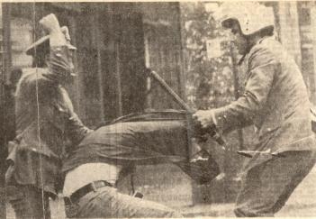 1976-05-25 - Μεγάλη απεργία για Νόμο Λάσκαρη Νόμος 330 Θάνατος Αναστασία Τσιβίκα-05 Διπλό ξύλο από ΜΑΤ - syllipsi