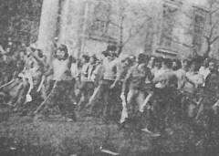 1980-11-17-Πολυτεχνείο Στουρνάρα - ΚΝΑΤ κατεβαίνουν οπλισμένα-01