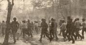 1980-11-17-Πολυτεχνείο Στουρνάρα - ΚΝΑΤ κατεβαίνουν οπλισμένα-02 - 17-11-80 stournari