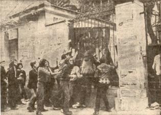 1980-11-17-Πολυτεχνείο Στουρνάρα - ΚΝΑΤ κατεβαίνουν οπλισμένα-04 - 17-11-80 3politexnio