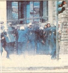 1985-05-09 - Χημείο Πρώτη κατάληψη μετά την απαγόρευση συγκέντρωσης διαμαρτυρίας στην πλατεία για επιχειρήσεις αρετής-15 - mat2