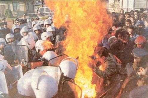 1989-11-16 - Πολυτεχνείο-17 - Αμερικάνικη Βάση-03 - FLEGOMENI SHMAIA