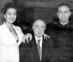 Η 'αληθινή' 'ελληνοσερβική φιλία' και η μόνη που υπήρξε ποτέ ιστορικά. Στη φωτογραφία ο μαφιόζος παραστρατιωτικός Αρκάν (Zeljko Raznatovic), η σύζυγός του Τσέτσα (Ceca Svetlana), μεγάλη ποπ-σταρ στη Σερβία, και ο πρόεδρος Σπύρος Κυπριανού. Είναι μνημειώδεις εκείνες οι καταθέσεις, για το πως έμπιστοι του Μιλόσεβιτς και των άλλων Σέρβων μεγαλοεργολάβων εθνικιστικού μίσους πήγαιναν με αεροπλάνο κάθε λίγες μέρες στην Κύπρο, με τσάντες και βαλίτσες φορτωμένες σκληρό συνάλλαγμα από τα ταμεία του κράτους, και πως οι μυστικές υπηρεσίες και άλλοι επίσημοι θεσμοί της Κυπριακής Δημοκρατίας τους παραλάμβαναν από το αεροδρόμιο, τους πήγαιναν στις θυρίδες, ανεξαρτήτως ώρας και ωραρίου, και τους ξαναπήγαιναν στην VIP αίθουσα. Τις ελληνικές και τις κυπριακές τράπεζες αξιοποιούσε η 'αληθινή' 'ελληνοσερβική φιλία', δεν έχουμε αμφιβολία γι' αυτό.