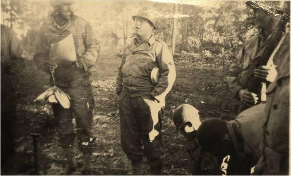Ο Roddie Edmonds και οι άνδρες του στο πεδίο της μάχης το 1944.