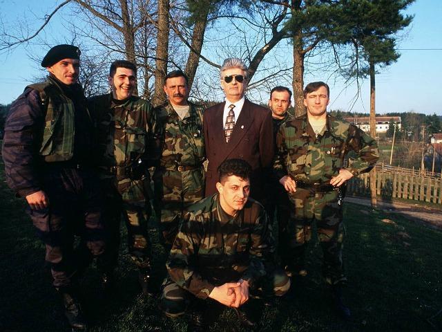 Την εποχή της παντοδυναμίας του. Ο Ράντοβαν Κάρατζιτς (Radovan Karadzic) ανάμεσα σε Σέρβους φασίστες, ντυμένος στην τρίχα. Φωτογραφία από Photo Anadolu Images