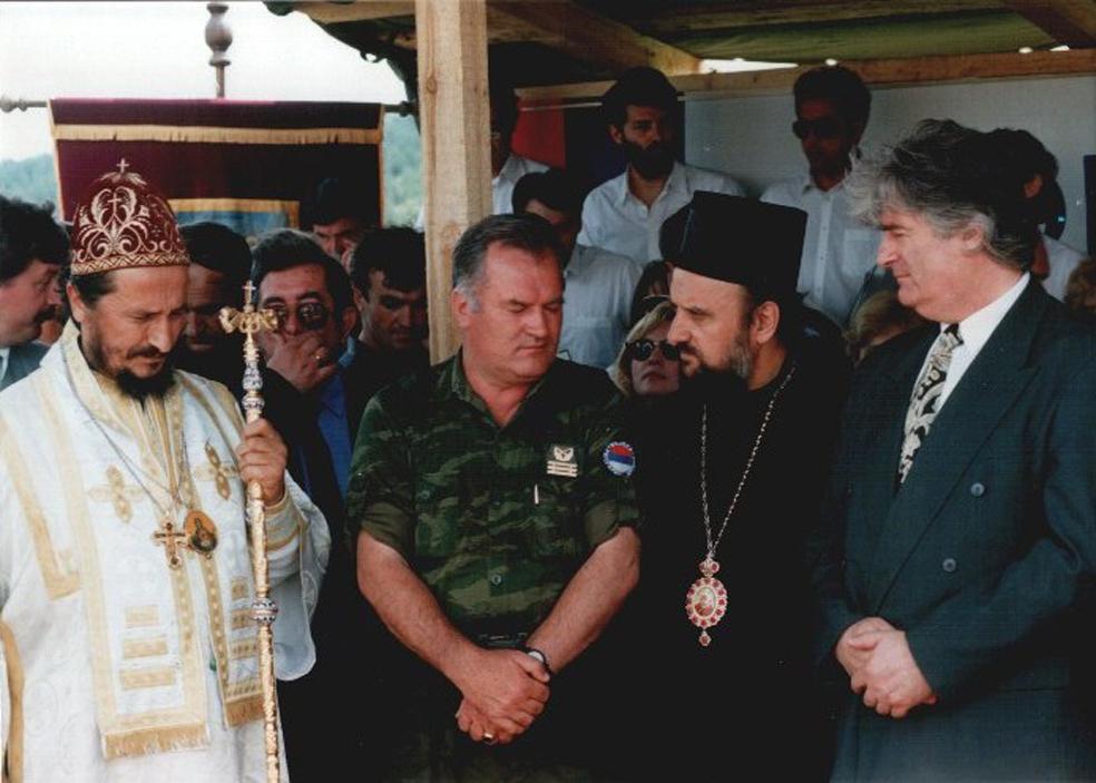 Ο Μητροπολίτης ΕΕΦ και Zvornik και Tuzla Vasilije Kacavenda (σκληρός εθνικιστής και μέλος του κόμματος του Ράντοβαν Κάρατζιτς, που ευλογούσε τα όπλα των παραστρατιωτικών και της ΕΕΦ, αλλά και παιδόφιλος που καθαιρέθηκε-παραιτήθηκε το 2012), ο Ράντοβαν Κάρατζιτς, ο Ράτκο Μλάντιτς, πλήθος Επισκόπων και ιερέων, και ολόκληρη η πολιτική και στρατιωτική ηγεσία των Σέρβων της Βοσνίας εορτάζουν την επέτειο της μάχης του Κοσόβου και εύχονται «όλοι οι Σέρβοι να ζήσουν σε ένα και μόνο κράτος». Η ημέρα είναι η 28η Ιουνίου 1995, δύο βδομάδες πριν την Σρεμπρένιτσα, και η περιοχή το Sokolac της Βοσνίας. Η γιορτή ονομάζεται Vidovdan ή αλλιώς St. Vitus Day, ο προστάτης άγιος του σερβοβοσνιακού στρατού VRS, και αποτελεί τη μεγαλύτερη εθνικοθρησκευτική γιορτή των Σέρβων.