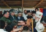 Περιοχή Sokolac Βοσνίας, 28 Ιουνίου 1995: Επέτειος της μάχης του Κοσόβου, ημέρα του προστάτη αγίου του σερβοβοσνιακού στρατού VRS, ημέρα του Πρίγκηπα Αγιου Λάζαρου και των Σέρβων Αγίων Μαρτύρων που έπεσαν στη μάχη του Κοσόβου στις 28 Ιουνίου 1389, επέτειος της αναγνώρισης του σερβικού θρόνου το 1881, επέτειος της εμπρηστικής ομιλίας Μιλόσεβιτς στο Gazimestan του Κοσόβου, όταν ξεκίνησε τον πόλεμο κ.ο.κ. Ο Ράντοβαν Κάρατζιτς, ο Ράτκο Μλάντιτς, ο πρόεδρος της Βουλής των Σέρβων της Βοσνίας Momcilo Krajisnik πλήθος Επισκόπων και ιερέων, και ολόκληρη η πολιτική και στρατιωτική ηγεσία των Σέρβων της Βοσνίας εύχονται «όλοι οι Σέρβοι να ζήσουν σε ένα και μόνο κράτος».