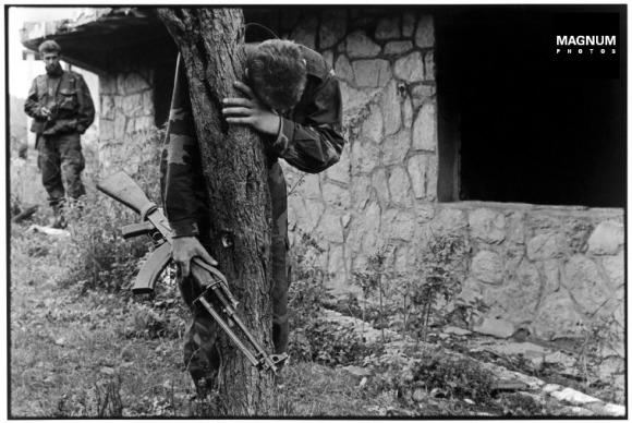 Αλλη μια κλασική φωτογραφία: Ιούνιος 1995, στην περιοχή Prhovo της Βοσνίας. 1995. Ο στρατιώτης Senad Medanovic επιστρέφει στο σπίτι του και το ανακαλύπτει καμμένο. Ολοι του οι συγγενείς είναι νεκροί. Εκτελέστηκαν από τις σερβικές δυνάμεις λίγο πριν οι Σέρβοι εγκαταλείψουν την περιοχή, © Gilles Peress/Magnum Photos.