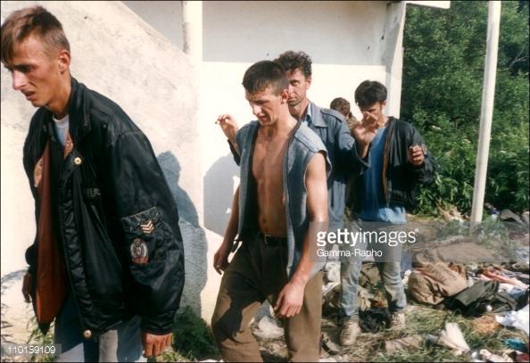 Αλλη μια συγκλονιστική άγνωστη φωτογραφία από τις μέρες της Σρεμπρένιτσα: Αιχμάλωτοι Μουσουλμάνοι βγαίνουν με τα χέρια ψηλά, δήθεν για «να περάσουν από ανακρίσεις» όπως είχε υποσχεθεί ο Μλάντιτς στον Ερυθρό Σταυρό και στον ΟΗΕ. Γύρω τα υπάρχοντά τους σε στοίβες («δεν θα τα ξαναχρειαστούν», όπως είχε πει ο τσέτνικ στον Κυανόκρανο). Εντός ολίγου, όλοι θα είναι νεκροί. Φωτογραφία Art ZAMUR/GAMMA.