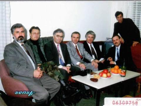 Το σχέδιο για τη δημιουργία της Μεγάλης Σερβίας και για την ενοποίηση όλων των εδαφών στα οποία κατοικούσαν Σέρβοι σε πλήρη εξέλιξη. Φωτογραφία-ντοκουμέντο, τραβηγμένη στην εκκαθαρισμένη εθνικά Bijeljina το 1995. Από αριστερά, Stojan Zupljanin (διοικητής σερβοβοσνιακών αστυνομικών δυνάμεων στην Κράινα και στη Μπάνια Λούκα της Republika Srpska και σύμβουλος του Κάρατζιτς, είχαν δημοσιευτεί φωτογραφίες του, ενώ ήταν καταζητούμενος, να κρύβεται στην Ιερά Μονή Χιλανδαρίου στο Αγιο Ορος, καταδικασμένος σήμερα σε 22 χρόνια), Jovica Stanisic (ο ένας από τους δύο επικεφαλής των Μυστικών Υπηρεσιών της Σερβίας), Momcilo Krajisnik (πρόεδρος της Βουλής των Σέρβων της Βοσνίας), Franko Simatovic (ο άλλος αρχηγός των Μυστικών Υπηρεσιών της Σερβίας), Radovan Karadzic, Milan Martic (Πρόεδρος της 'Σερβικής Δημοκρατίας της Κράινα') και ο Dragan Kijac (επικεφαλής των Μυστικών Υπηρεσιών της Republika Srpska και αργότερα Υπουργός Δημόσιας Τάξης του Κάρατζιτς).