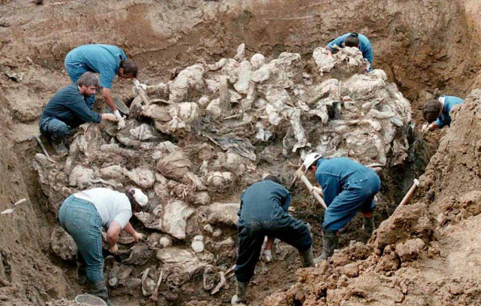 Η κλασική φωτογραφία από την περιοχή Pilica, 55 χιλιόμετρα ανατολικά της Τούζλα, στις 18 Σεπτεμβρίου 1996. Οι ερενυητές του ΔΠΔΧΓ βρίσκουν σωρό από πτώματα με τα χέρια δεμένα στην πλάτη και τα μάτια καλυμμένα με ύφασμα.
