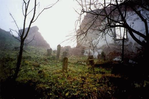 Φωτογραφία από το Δεκέμβριο του 1999: Το 'Λευκό Τζαμί' (Bijela dzamija) της Σρεμπρένιτσα, γνωστό και ως το 'Τζαμί του Χατζή-Σκεντέρ Μπέη' ('Hadzi Skender-begova dzamija'). Μόνο οι τοίχοι έχουν μείνει.