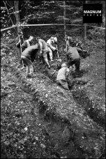 Βλασένιτσα, 25/09/2000. European Union monitors and Bosnian investigators searching for remains of Bosnian Muslims believed killed during ethnic cleansing by Serbian forces, © Patrick Zachmann/Magnum Photos